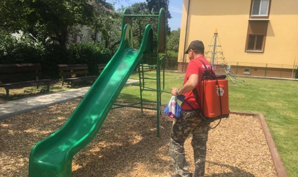 Príprava detských ihrísk na ich znovuotvorenie. Foto: fb MČ Ružinov