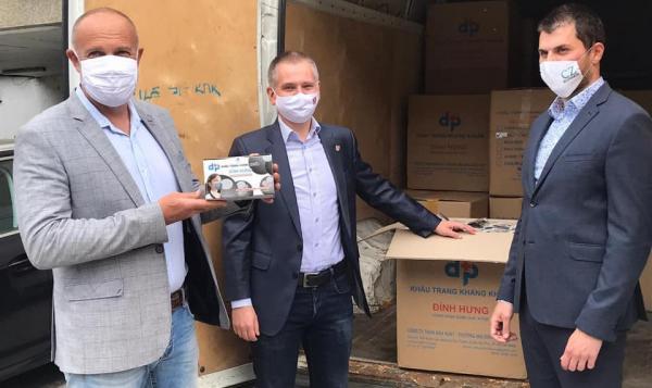 V každom výtlačku majového čisla nášho mesačníka bude pribalené jedno rúško. Veľká vďaka patrí spoločnosti CZ Slovakia, starostovi MČ Ružinov (Martinovi Chrenovi) a riaditeľovi TVR (Martinovi Ferákovi)
