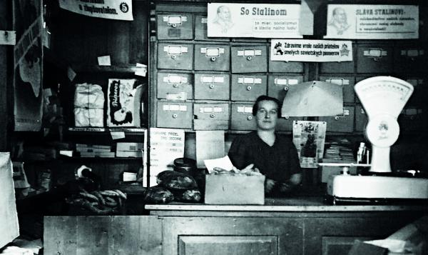 Obchod s rozličným tovarom na Mlynských Nivách. Patril rodičom Anny Havrilovej, ktorá nám fotografiu poslala. V 50. rokoch bol obchod znárodnený. Dnes v priestoroch sídli pohrebná služba.