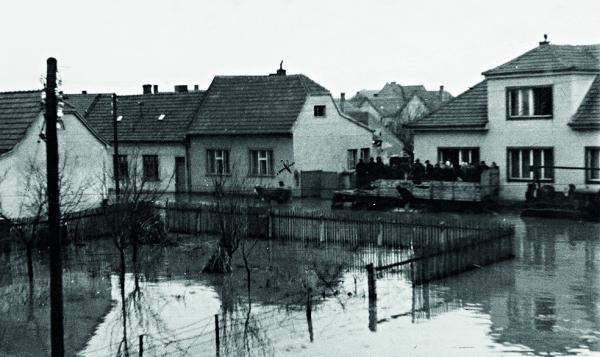 Povodeň na Súľovskej ulici v Prievoze v marci 1947. Vyliaty Malý Dunaj zachytil Michal Fabok.